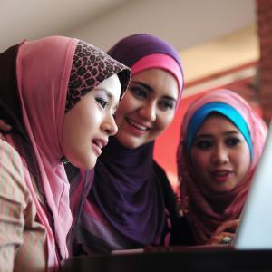 3 women learning English together